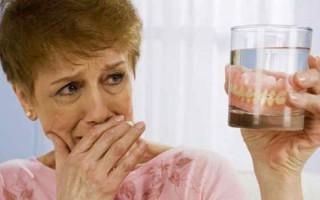 Что делать, если десну натирает зубной протез, и как этого вовсе избежать