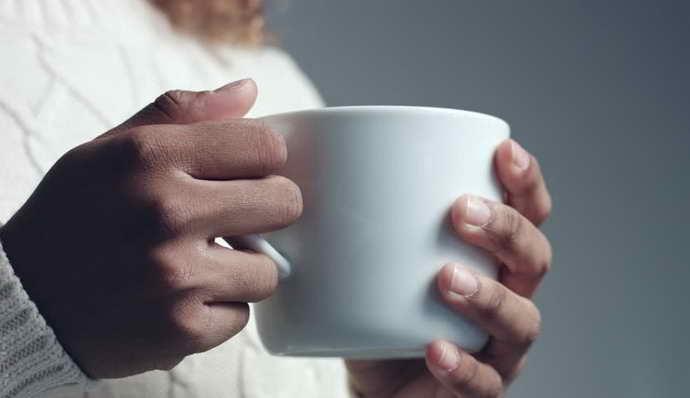 Применение чашки для выявления неприятного запаха изо рта