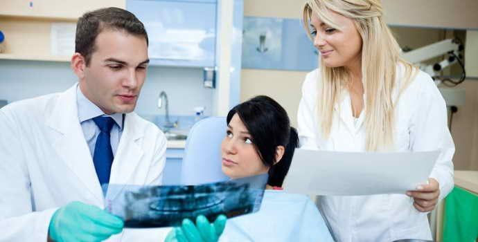 Правильный выбор зубных протезов: какие лучше и практичнее