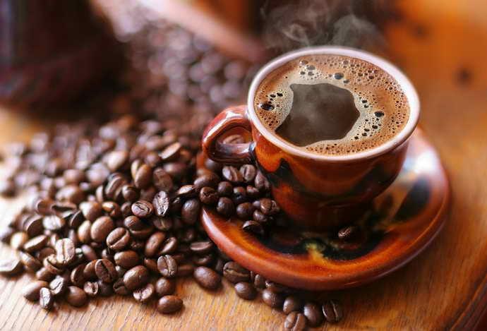 Напитки с пигментами и коричневый и налет на языке