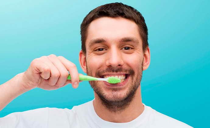 зубы чистят самой мягкой щеткой, избегая места удаленного зуба