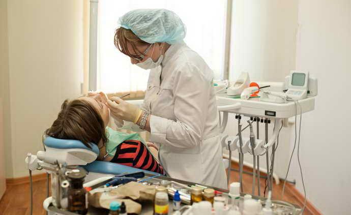 Прежде всего, необходимо проконсультироваться со стоматологом