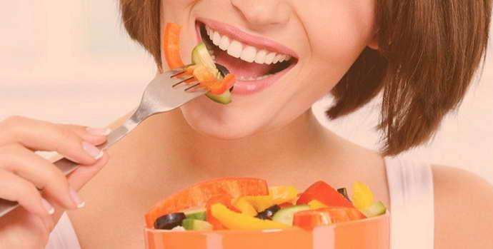 Остатки еды, застревающие между зубами и запах