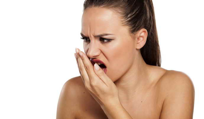 Глубокие трещины сопровождаются не только повышенной температурой тела, но и выраженным запахом изо рта